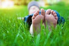 Voeten op gras. De picknick van de familie in de lentepark Royalty-vrije Stock Foto