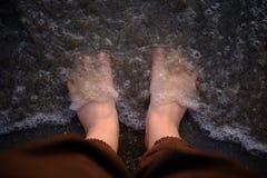 Voeten op het overzeese zand Royalty-vrije Stock Foto's