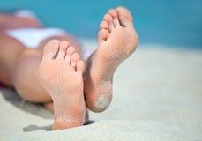 Voeten op het strand Stock Foto