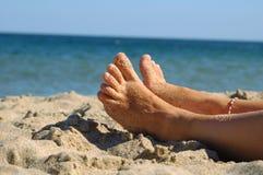 Voeten op het strand royalty-vrije stock afbeeldingen
