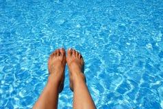 Voeten over de Pool Stock Foto
