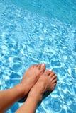 Voeten over de Pool Stock Afbeelding