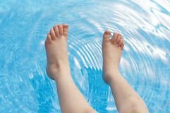 Voeten in pool stock foto's