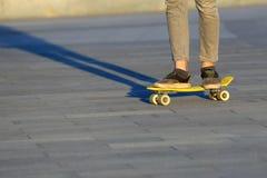 Voeten tiener die in de stad met een skateboard rijden Royalty-vrije Stock Foto's