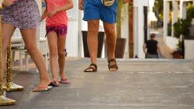 Voeten toeristen die door een typische $ce-andalusisch straat bij schemer lopen stock videobeelden