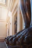 Voeten van Atlantis op portiek van de Nieuwe die Kluis, met beeldhouwwerken wordt verfraaid Stock Foto