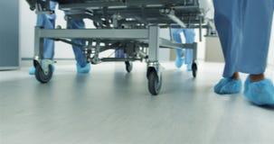 Voeten van bed van het personeels het bewegende ziekenhuis in geval van nood 4k stock videobeelden