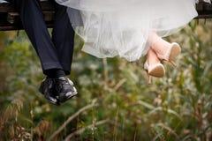 Voeten van bruid en bruidegom, huwelijksschoenen stock foto