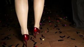 Voeten van dansend meisje in hielen stock footage