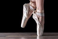 Voeten van dansende ballerina royalty-vrije stock foto