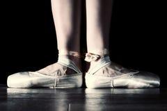 Voeten van dansende ballerina stock fotografie