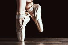 Voeten van dansende ballerina stock foto