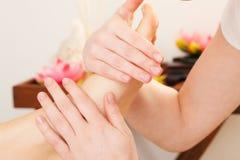 Voeten van de Massage in kuuroord stock afbeelding