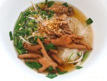 Voeten van de de soep de kom gestoofde kip van rijstvermicelli stock fotografie