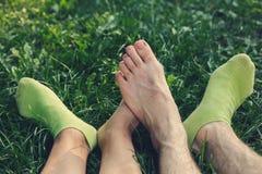 Voeten van een houdend van paar op picknick Royalty-vrije Stock Fotografie