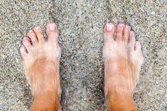 Voeten van een mens bij het strand Stock Foto