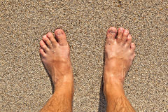 Voeten van een mens op het strand Stock Afbeeldingen