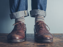 Voeten van een mens op houten vloer Royalty-vrije Stock Foto's