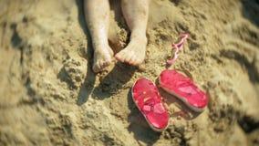 Voeten van sandalsglazen het strand Close-up stock videobeelden