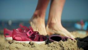 Voeten van sandalsglazen het strand Close-up stock footage