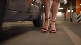 Voeten van vrouw in hoge hielen die van auto weggaan stock video