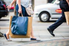 Voeten voetgangers die op het zebrapad in de straat van Oxford, Londen lopen Modern het leven, reis en het winkelen concept Londe Royalty-vrije Stock Foto