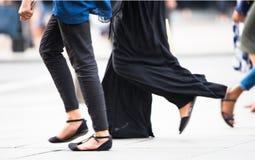 Voeten voetgangers die op het zebrapad in de straat van Oxford, Londen lopen Modern het leven, reis en het winkelen concept Londe Royalty-vrije Stock Fotografie