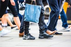 Voeten voetgangers die op het zebrapad in de straat van Oxford, Londen lopen Het moderne leven, Londen Stock Foto's