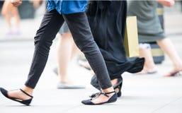 Voeten voetgangers die op het zebrapad in de straat van Oxford, Londen lopen Het moderne leven, Londen Royalty-vrije Stock Fotografie