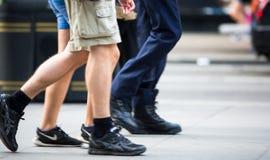 Voeten voetgangers die op het zebrapad in de straat van Oxford, Londen lopen Het moderne leven, Londen Stock Afbeelding