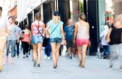 Voeten voetgangers die op het zebrapad in de straat van Oxford, Londen lopen Het moderne leven, Londen Royalty-vrije Stock Afbeelding