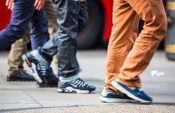 Voeten voetgangers die op het zebrapad in de straat van Oxford, Londen lopen Het moderne leven, Londen Stock Afbeeldingen