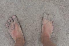 Voeten in wit zand worden ondergedompeld dat stock afbeelding