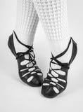 Voeten in zachte schoenen op demi-pointe stock foto's