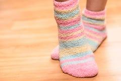 Voeten in zachte sokken stock fotografie
