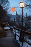 Voetgang aan de vesting hohensalzburg met feestelijk La Royalty-vrije Stock Afbeeldingen