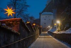 Voetgang aan de vesting van Salzburg, met Kerstmisillumina Stock Foto