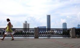 Voetgang op de achtergrond van wolkenkrabbers van Yekaterinburg stock afbeeldingen