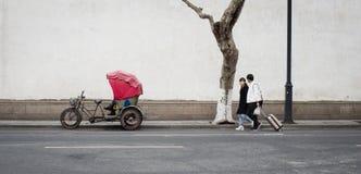 Voetganger en Riksja bij suzhou Stock Foto's