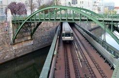 Voetganger en spoorweg de brug van u-Bahn over de Rivier van Wenen op het Douanekantoor van Zollamt stock fotografie