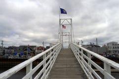 Voetganger In werking gestelde Ophaalbrug, Perkins Cove Maine stock foto