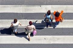 Voetgangers bij de gestreepte kruising Stock Foto's
