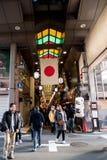 Voetgangers bij het voedselmarkt van Kyoto stock foto
