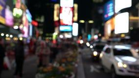 Voetgangers die in stadsnacht met lichten lopen stock footage