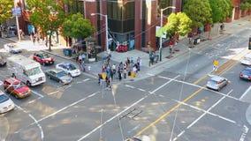 Voetgangers en auto's op het kruispunt in San Francisco stock videobeelden
