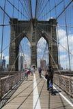 Voetgangers en fietsers die de Brug van Brooklyn kruisen Royalty-vrije Stock Foto's