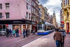 Voetgangers en Trams op bezige Leidsestraat in het centrum van Amsterdam Stock Afbeeldingen