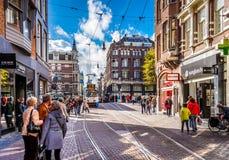 Voetgangers en Trams op bezige Leidsestraat in het centrum van Amsterdam Royalty-vrije Stock Foto's