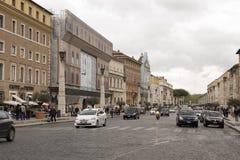 Voetgangers en voertuigenbeweging langs via della Conciliazione royalty-vrije stock foto