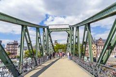 Voetgangers op de brug Eiserner Steg in Frankfurt-am-Main, Duitsland. Royalty-vrije Stock Afbeelding